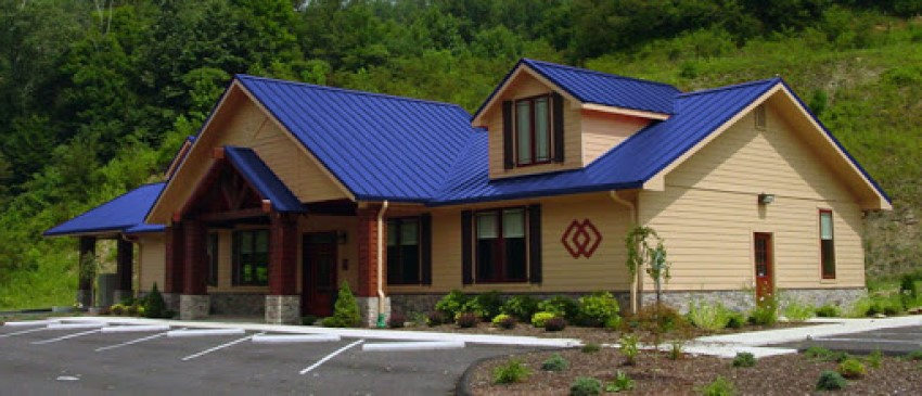 Nhà cấp 4 dáng có gác lửng với mái tôn xanh dương