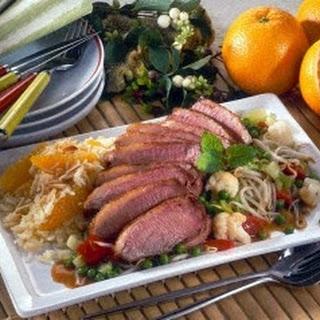 Gebratene Entenbrust mit Asia-Gemüse und Orangen-Mandelreis