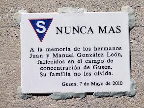 Photo: Placa en recuerdo de los hermanos González León, colocada en en recinto del horno crematorio de Gusen