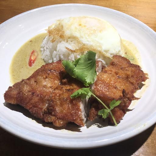 食品路上好吃的小吃店!  椒麻雞飯(130):酥炸無骨雞腿排,雖說油沒有瀝的很乾,但口感跟香味都十足。椒麻醬汁不酸反而偏甜,所以吃到最後會有點膩。米飯則是用泰國米,粒粒分明吃起來很扎實。  綠咖哩雞腿