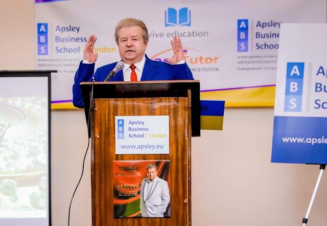 Михайло Поплавський читає лекції у Лондоні