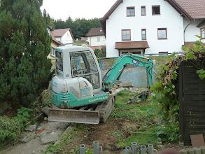 Photo: und dann ist der Bagger im Garten und gräbt noch was um... das Gerüst wird abgebaut....