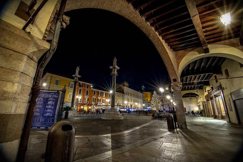 uno scorcio da sotto il portico a Ravenna di massimo bertozzi