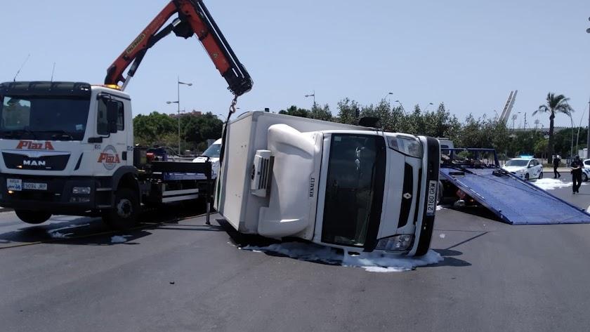 Imagen del camión volcado en la rotonda.