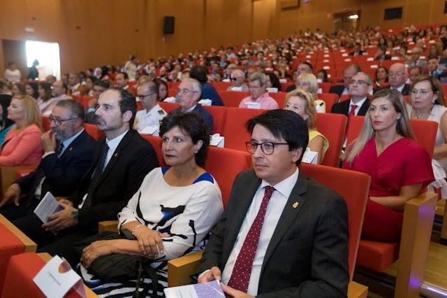 Representantes institucionales presentes en el acto.