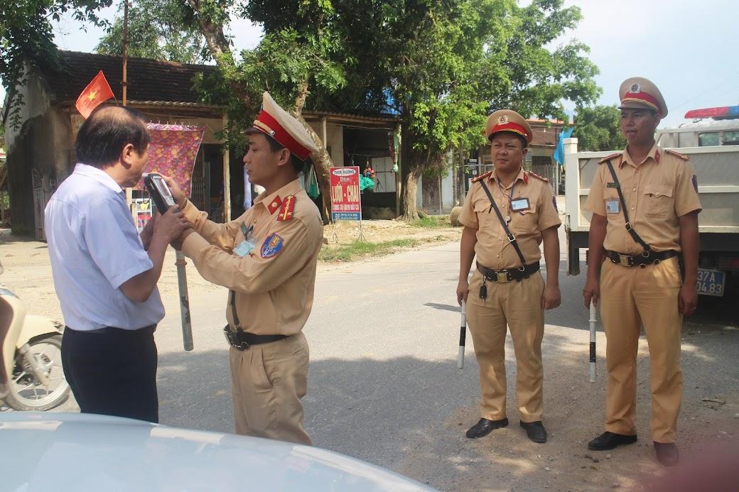 Lực lượng CSGT kiểm tra nồng độ cồn đối với người điều khiển phương tiện tham gia giao thông