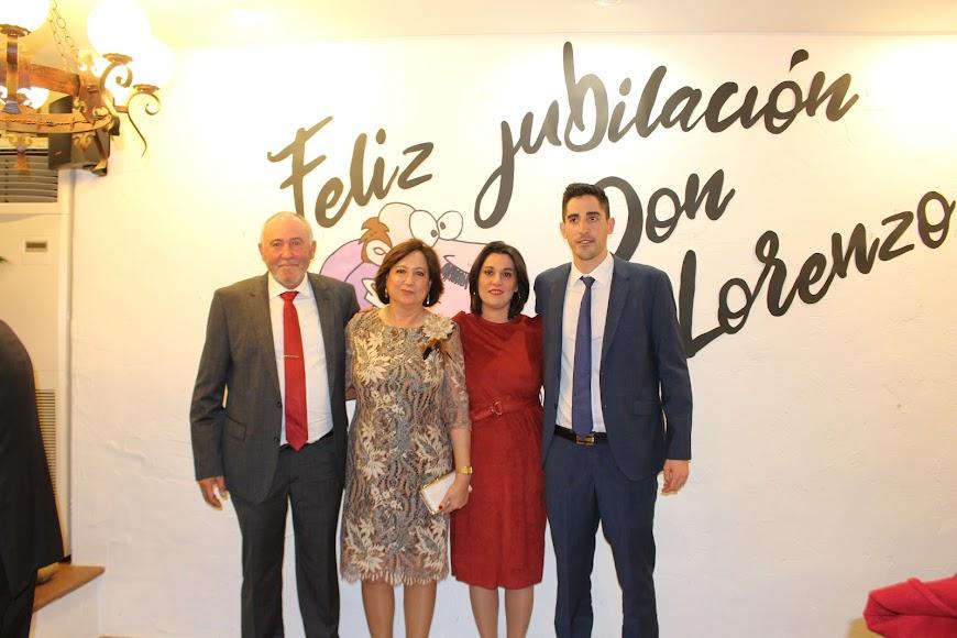 El homenajeado arropado por su encantadora familia, su esposa Trina y sus hijos, Trini y Lorenzo.