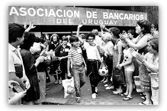 Photo: Marcas de la Memoria (20) Sede sindical de Aebu (Asociación Empleados Bancarios). Los hijos del exilio; la despedida, enero/1984.
