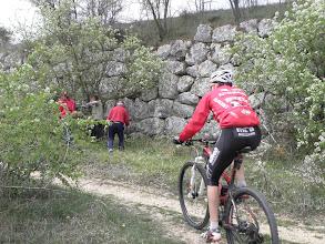 Photo: Un ciclista percorre il sentiero di fianco alle mura di Alba Fucens
