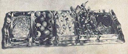 Photo: Olasz előétel-tál: szalámi, olajbogyó, burgonyasalá-ta, hónapos retek, vörös-répa. - Salami, oliwki, rzodkiewki, buraczki.