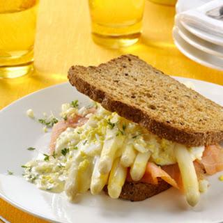 Asperge-maaltijdsandwich Met Gerookte Zalm, Gekookte Eitjes En Tuinkers