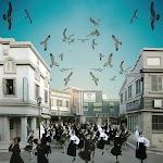 straat vol dansende vrouwen en vliegende vogels