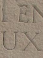 Gravure au ciseau sur pierre calcaire brute dans un cimetière en drome provençale