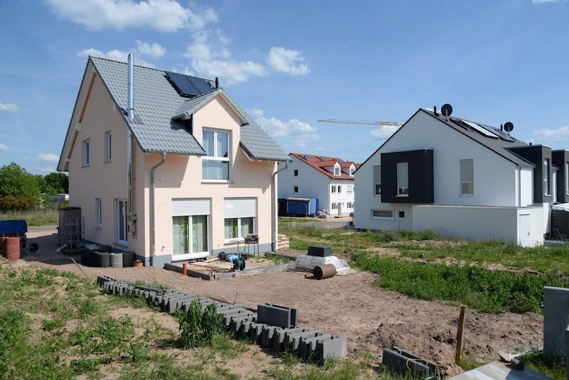 Budowa domu na sąsiedniej działce