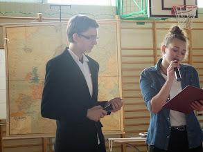 Photo: Dos alumnes cantàven als entreactes