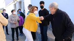 Susana Díaz saluda a vecinos de Las Tres Villas.