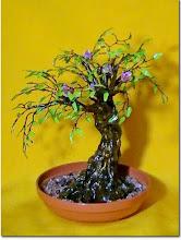 Photo: Продолжаю плести деревья в новой для себя технике - проволока +лак. На этот раз попробовала сделать листики. Живьем смотрится красивее, мне очень нравится. Ствол сделала из гипса и клея ПВА, затем коричневая краска, бронзовая и сверху акриловый лак.