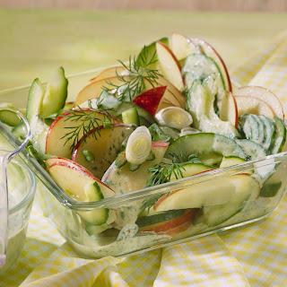 Apfel-Gurken-Salat mit Sauerrahm-Dressing