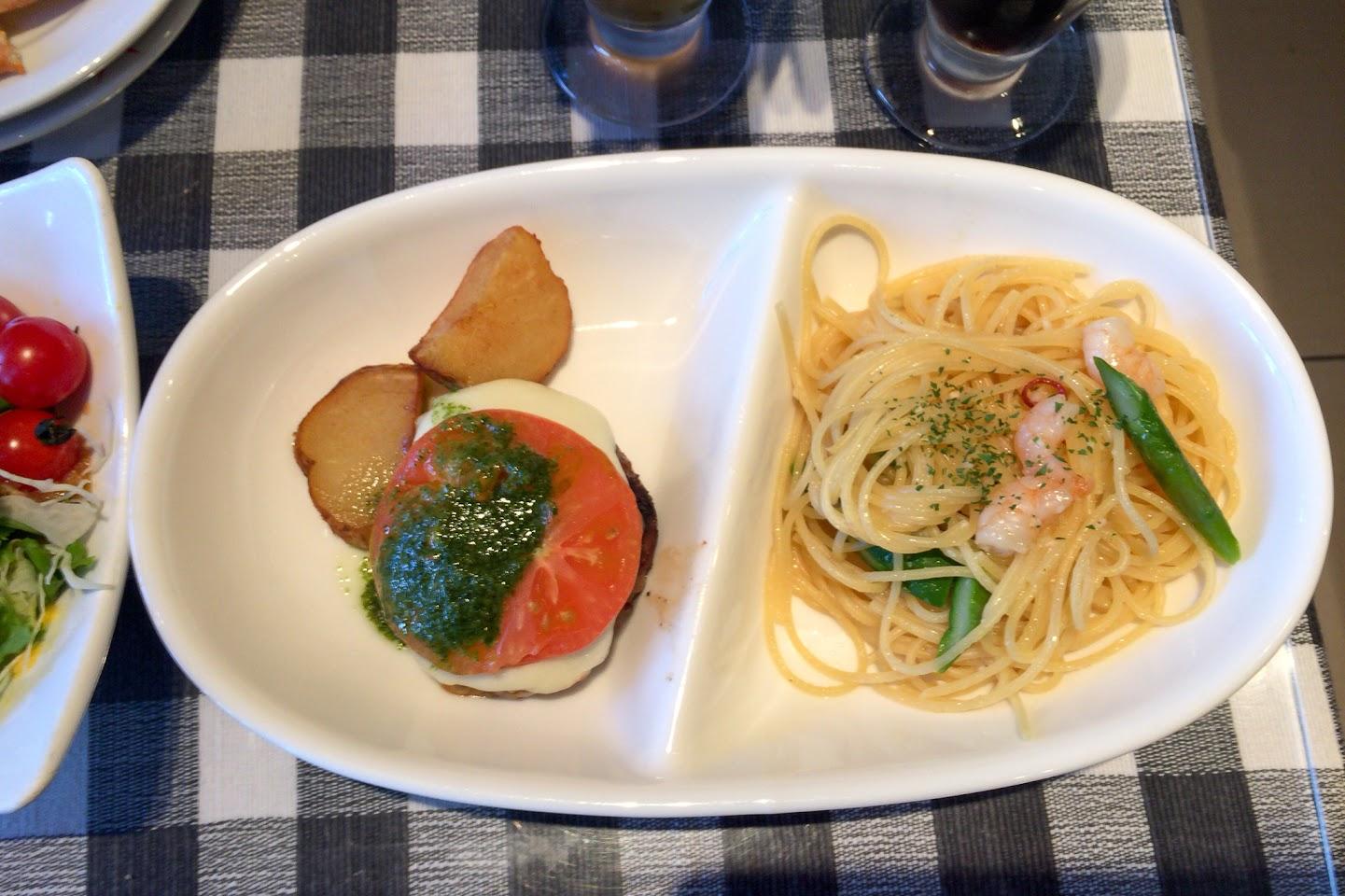 パスタ&チーズハンバーグ トマトとバジルソース乗せ