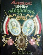 Photo: A kép 1915-ből származik, amikor az édesapám id. Décsi László hazaérkezett a háborúból. 1890.1.14-én született Csicsón és itt is halt meg 1970.2.16-án. A fotó készítésekor 25 éves volt és a monarchiabéli ruhát viselte. A képen láthatók még II. Vilmos német császár és Ferenc József az Osztrák Magyar Monarchia császára. A hímzés igaz kissé megfakult, de még szépen kivehetők a magyar zászló színei a piros, fehér, zöld. Édesapám tüzérként harcolt az I. világháborúban az úgynevezett közös hadseregben, ahol mindenféle náció megfordult, de a vezényszó német volt. De harcolt az orosz fronton is és Lengyelországban Lemberg környékén. Testvére Károly szintén frontharcos volt, aki később még olasz fogságba is esett. Leszerelésük után már nem voltak többé katonák. Décsi László, Csicsó - Révkomárom, Décsi Terike tanító néni öccse