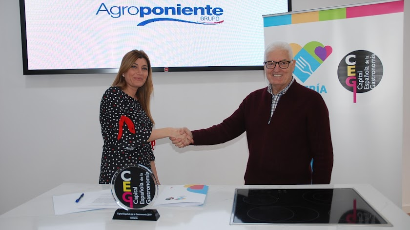 Carolina Lafita y Francisco López Martínez en la firma del convenio.