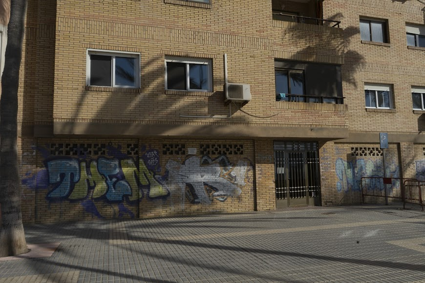 Pintadas en una de las fachadas.