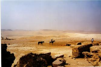 Photo: Derrière les pyramides