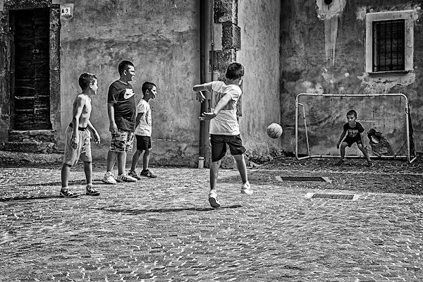 In strada il calcio è di rigore...