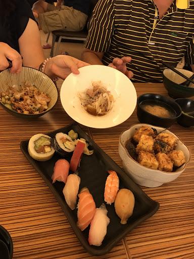 真的好吃!生魚片大塊又新鮮,丼飯180很超值,還有附味噌湯和甜點