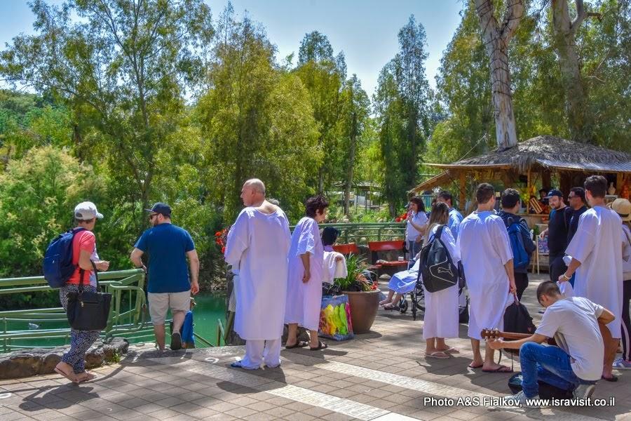Паломники на крещении в Ярдоните. Экскурсии в Израиле.