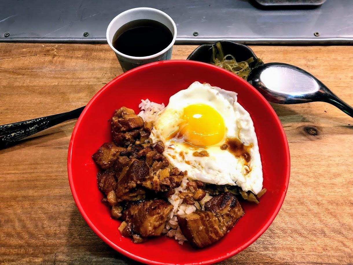 這是今天的宵夜,滷肉飯/太陽蛋/小菜/紅茶!