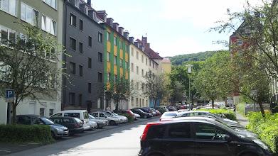 Photo: Häuser an der Grünstraße mit dem grünen Goldberg im Hintergrund.