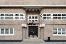 """voorgevel pand """"Oldenhoeck"""" (Amsterdamse school?)"""