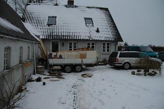 Photo: En far og søn kom og hentede hvad de kunne bruge af el i huset samt isolering og træ til at brænde.