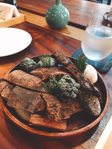 從開胃菜到主菜到甜點都是驚喜,桌邊服務生仔細講解每道使用的特殊食材,開放式廚房可以看到廚師認真烹調的態度,整家店氣氛自在舒服。