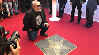 El director Álex de la Iglesia junto a su estrella en el Paseo de la Fama de Almería.