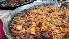 Las paellas son uno de los platos en los que habitualmente se utiliza este colorante.