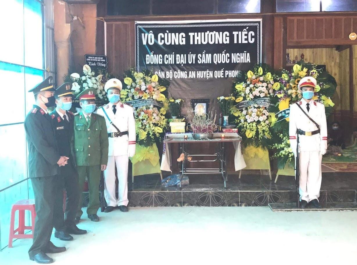 Lực lượng Công an Nghệ An túc trực trước linh cữu của Thượng uý Sầm Quốc Nghĩa