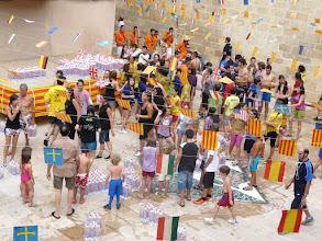 Photo: Decenas de vallejos y visitantes disfrutaron con el remojón de la gaseosada.
