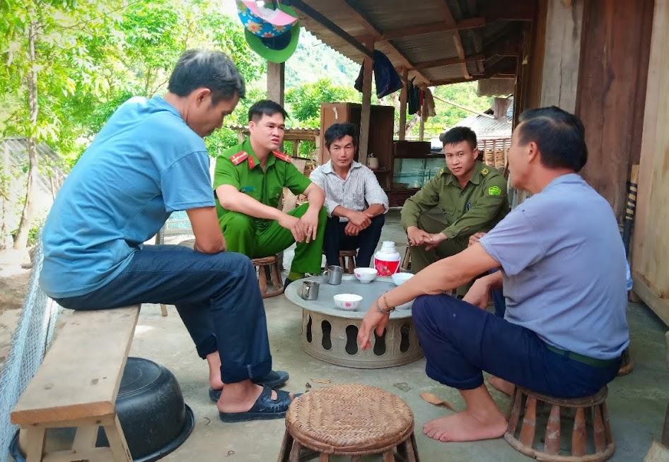 Cán bộ Ðội Xây dựng phong trào toàn dân bảo vệ ANTQ Công an huyện Tương Dương tuyên truyền để người dân không di cư trái phép
