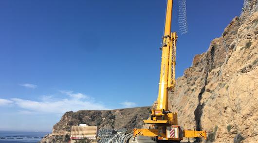 Una grúa de 120 metros para reforzar el acantilado de El Cañarete