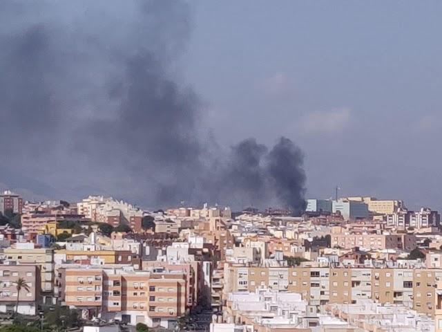 Columna de humo vista desde la distancia.