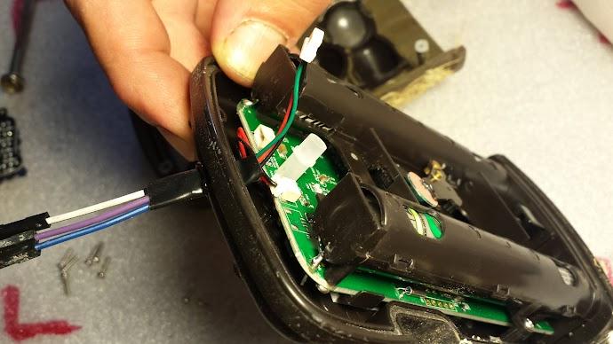 Extrae los tres cables con sus conectores afuera