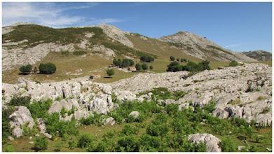 Photo: El dia se presenta maravilloso. Tal vez con demasiado calor, pero es lo que hay. Al fondo/derecha: la Porra de Enol (1100 m).