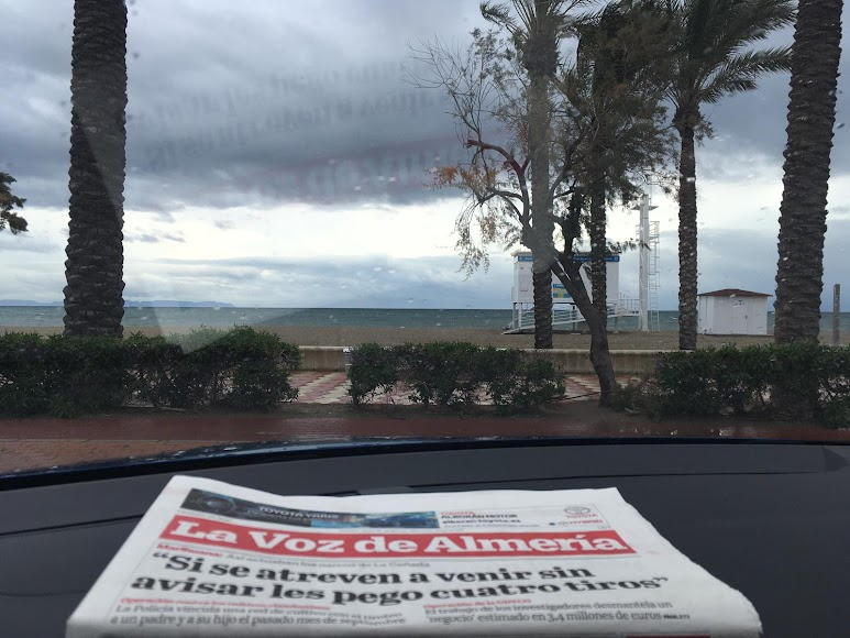 Paisaje lluvioso en Las Salinas de Roquetas de Mar.  / Foto: Raúl Ramos
