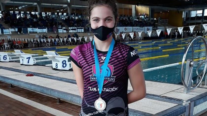 La nadadora posa tras una gran actuación.