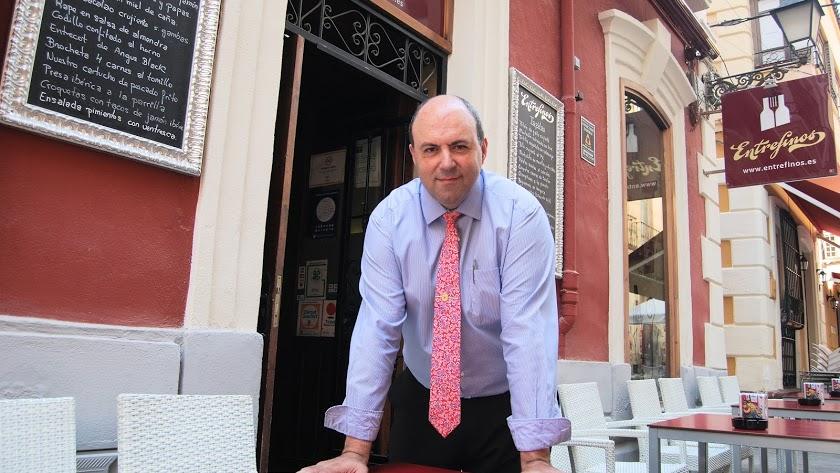 Francisco Morales en la puerta del bar Entrefinos.