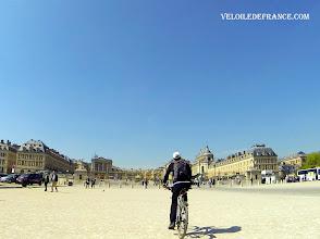 Photo: La Place d'Armes et les grilles du château de Versailles - e-guide balade à vélo de Meudon au Château de Versailles par veloiledefrance.com
