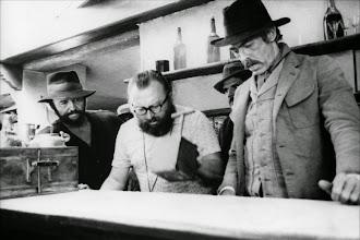 """Photo: Rod Steiger, Sergio Leone e James Coburn no set de """"Quando Explode a Vingança""""."""