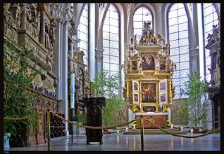 Photo: Der Altarraum in der im 13. Jahrhundert errichteten Kirche St. Marien zu Celle zeigt den Übergang von der Spätrenaissance zum Zeitalter des Barock.